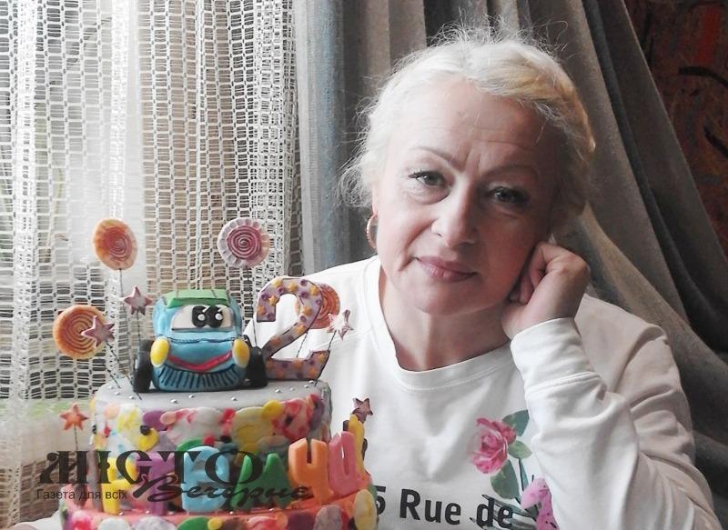 Жінка з Донеччини пече чудові смаколики з тіста і власноруч оздоблює садибу методом арт-бетону