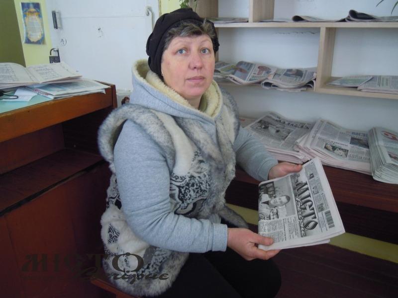Лариса Вавринюк розбирає нову пресу.