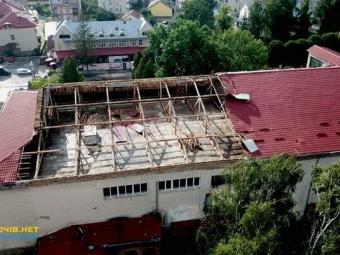 На Львівщині ураган повиривав дерева і поперекидав авто