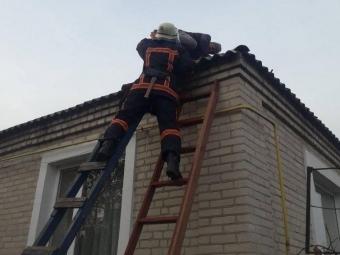 У Локачах рятувальники зняли з даху будинку пенсіонера