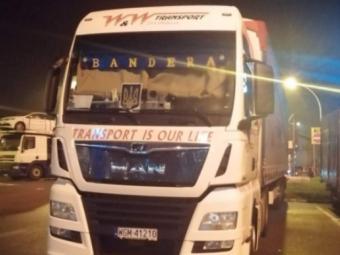 Поляки навісніють через водія-далекобійника з України, який їздив Європою на ванжажівці з банером «BANDERA»