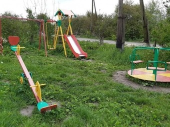 У селі Селеськи встановили дитячий майданчик