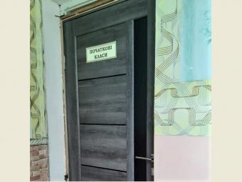 В Устилузькій громаді у школі встановили нові двері
