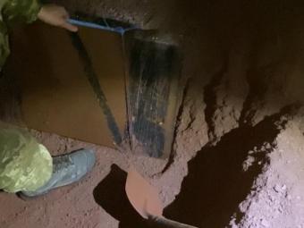 На Володимирщині з-під руди прикордонники дістали контрабандне куриво
