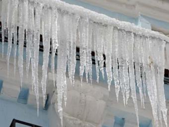 Міська рада Володимира закликає мешканців бути обережними через нависання буруль на дахах