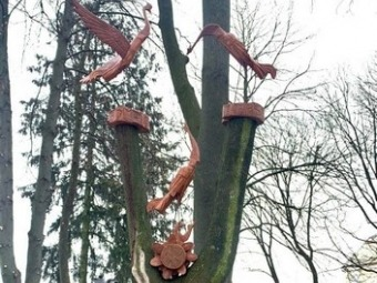У  Володимирі у сквері біля музею з'явилися дерев'яні лелеки
