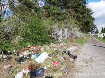 Федорівським кладовищем вітер порозкидав сміття