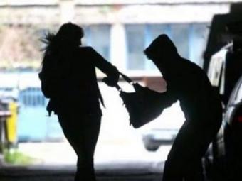 Молодика, який посеред міста грабував містян, взяли під варту