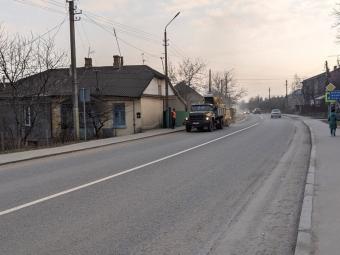 У Володимирі техніка продовжує чистити узбіччя вулиць від сміття та піску