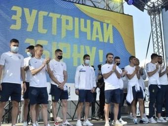 Фанати зустріли збірну України в «Борисполі» Гімном України та «Червоною рутою»