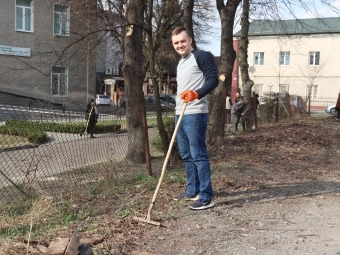 У Володимирі-Волинському біля ЦНАПу організували весняну толоку