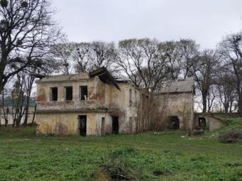 На Волині руйнується одна з небагатьох мурованих шляхетських садиб
