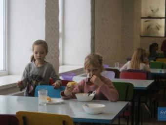 Показали, як харчуються діти у школах Нововолинська