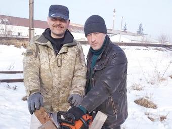 Володимир Сараванський і Тарас Книш допомагають одиноким підопічним  в роботі по господарству.