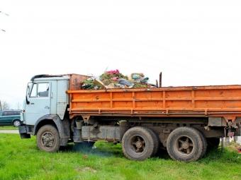 У Володимирі комунальники наводять лад на міських кладовищах