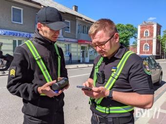 У Володимирі інспектори муніципальної варти штрафують порушників правил паркування