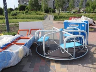 У володимирському парку на Риловиці розпочали монтаж конструкцій ігрового майданчика