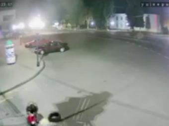 Невідомий узявся облаштовувати дорогу в центрі Володимира цеглою, дошками та сміттям