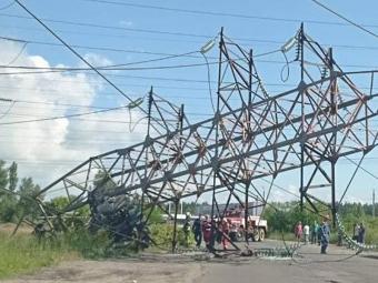 У Києві вантажівка без водія влетіла в опору