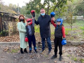 Діти двох сімей із Володимира-Волинського отримали до свята подарунки