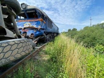 На Закарпатті зіткнулися пасажирський поїзд і вантажівка