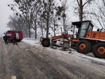 У Володимир-Волинському районі спецтехніка для чищення снігу потрапила у замет