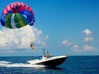 В Єгипті українка врізалася в катер, катаючись на парашуті