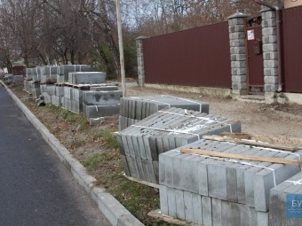 У Володимирі на вулиці Незалежності  почали ремонтувати тротуари