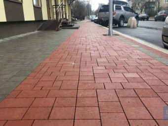 Бруківку на тротурах вулиці Незалежності у Володимирі влада міста вимагає перекласти