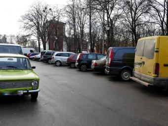 На вулиці Небесної Сотні у Володимирі водії паркуються так, що не проїде авто пожежників