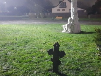 У Слов'янському парку у Володимирі невідомі закопали на газоні могильний хрест