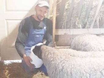 Чоловік покинув місто і переїхав у село заради улюбленої справи – тваринництва, мріє створити у Сельці тактильний зоопарк