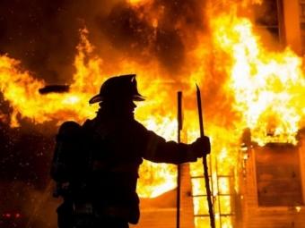 Рятуючись від вогню, чоловік вистрибнув із вікна