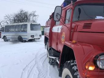 У Дігтеві рятувальники витягнули зі снігу шкільний автобус