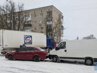 У Володимирі біля АТБ зіткнулися дві автівки та застрягла вантажівка