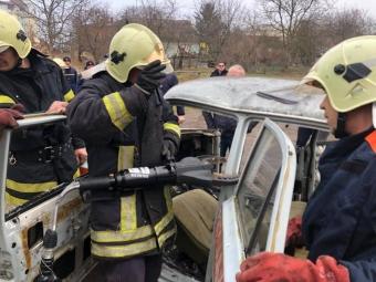 Рятувальники Володимира тренувалися застосовувати обладнання для звільнення людей після ДТП