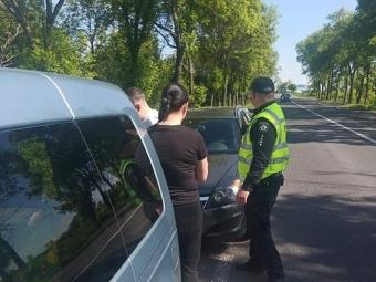 При виїзді з Володимира поліцейські зупинили авто з безакцизними цигарками