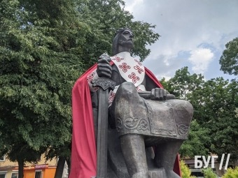 У Володимирі до Дня міста вбрали статуї в святкові шати