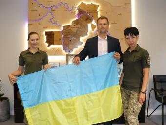 Військові 14 ОМБр подарували прапор міській раді Володимира