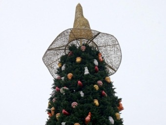 З головної ялинки України зняли «відьмацький капелюх»
