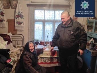 Офіцер Устилузької громади допоміг бабус, у якої син зловживав спиртним