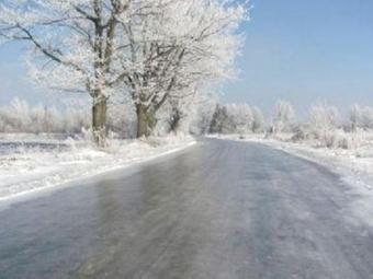 ДСНС попереджає про ожеледицю й налипання мокрого снігу на автошляхах
