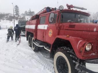 На автостанції у Володимирі рятувальники витягували зі снігу автобус