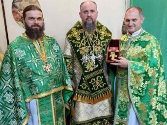 Митрополит Епіфаній подарував іменний хрест настоятелю храму у Володимирі