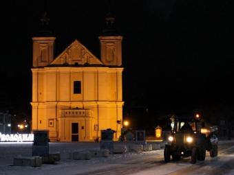 У Володимирі впродовж ночі та ранку спецтехнікою очищали та посипали вулиці міста