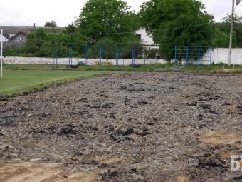 У Володимирі на стадіоні розпочали знімати старий асфальт з бігових доріжок