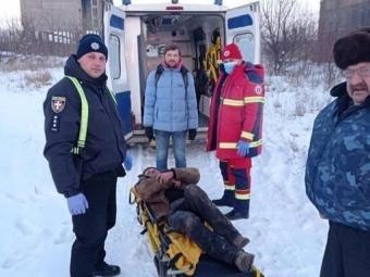 У Нововолинську в закинутому цегельному заводі врятували безхатченка