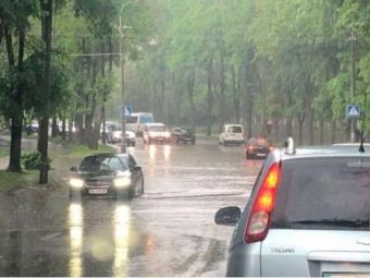 У Рівному після дощу знову плавали автівки