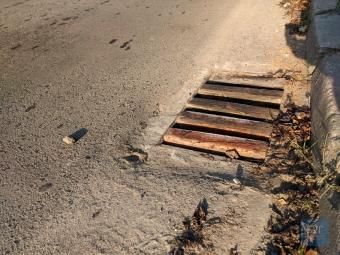 Ливневу каналізацію у Володимирі закрили дерев'яними брусками