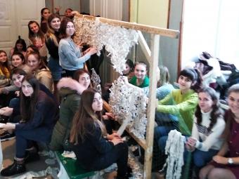 Студенти місцевих коледжів плетуть маскувальні сітки для військових